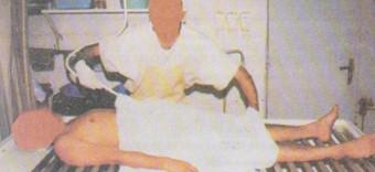 Petugas yang memandikan jenazah hendaklah mengenakan lipatan kain pada